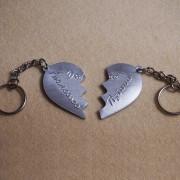 portachiavi-cuore-in-due-meta-personalizzato-2
