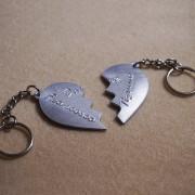 portachiavi-cuore-in-due-meta-personalizzato-3
