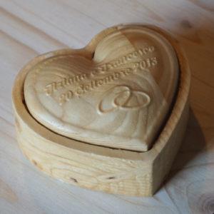 Scatola in legno cuore con scritta e simbolo personalizzati