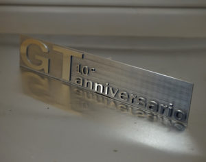 Targhetta in alluminio anodizzato scavata bicolore personalizzata