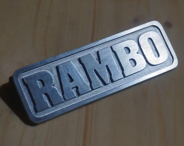 Targhetta in alluminio con scritta personalizzata in rilievo