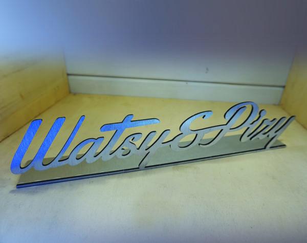 scritta in alluminio composito dibond argento spazzolato personalizzata con supporto
